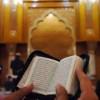 SHOLAT SAMBIL MEMBACA MUSHAF AL QUR'AN